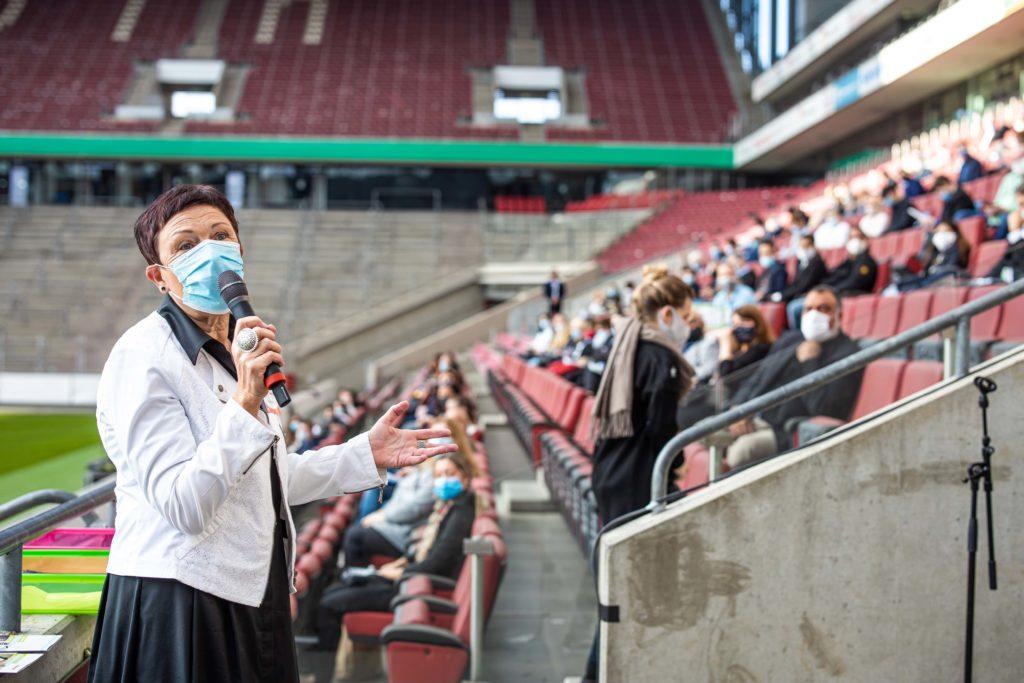 JSD 2020: Martina Würker begrüßt die Teilnehmer*innen auf der Tribüne