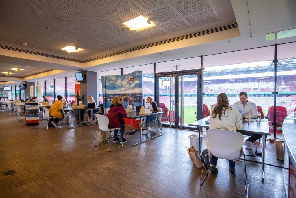JSD 2020: an den Gesprächsplätzen unterhalten sich Arbeitgeber und Teilnehmer*innen
