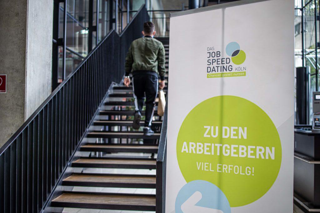 JSD 2020: ein Mann steigt die Treppe zu den Arbeitgebern hoch